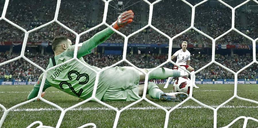 El portero de Croacia Danijel Subasic detiene un penal del danés Nicolai Jorgensen en el partido de octavos de final. (AP) (horizontal-x3)