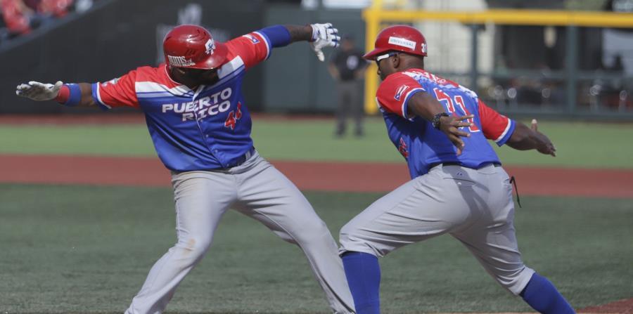 Anthony García y Luis Matos, de los Criollos de Caguas, celebran una carrera. (EFE/Carlos Zepeda) (horizontal-x3)