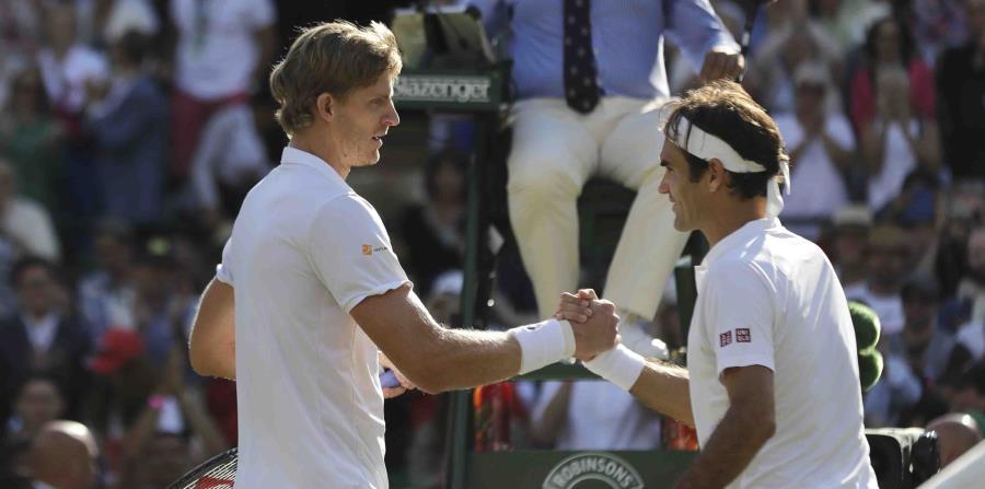 Kevin Anderson  y Roger Federer se saludan tras concluir el partido. (AP) (horizontal-x3)