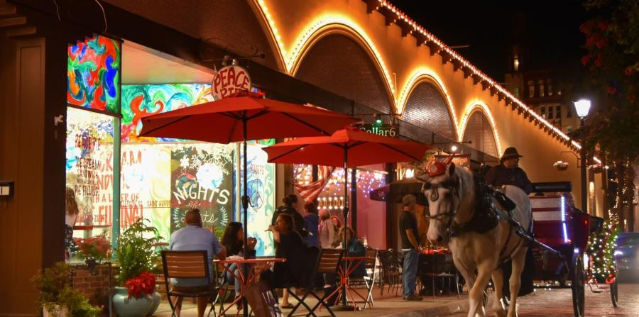 De noche, el encanto de San Agustín aumenta con restaurantes y bares que pueden visitarse recorriendo sus calles en carruajes halados por caballos. (Suministrada)