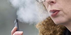 Escuelas estadounidenses atienden el uso de cigarrillos electrónicos como una adicción