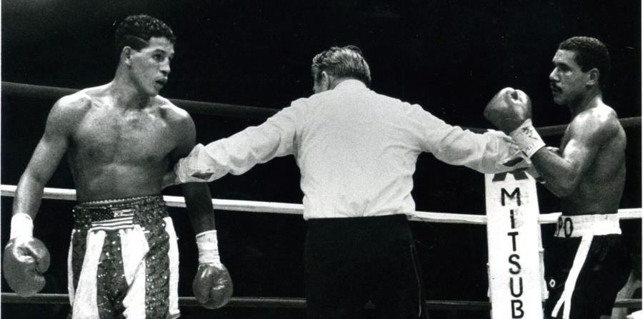 Camacho (izq) y Chapo Rosario son separados durante la pelea de 1986. Macho diría que Chapo fue el pegador más fuerte que enfrentó. (Archivo) (horizontal-x3)