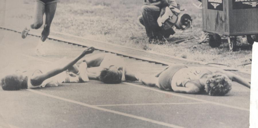 Una exhausta Angelita Lind yace en el suelo junto a las cubanas Nery McKeen y Maria Riveaux  tras arribar a la meta en los 800 metros de los Juegos celebrados en Cuba en el 1982. (GFR Media) (horizontal-x3)
