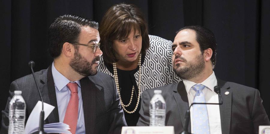 Natalie Jaresko (centro) dijo que ha sostenido múltiples reuniones en Washington, tanto en la Cámara de Representantes como en el Senado federal, incluyendo un encuentro con el presidente del comité de Medios y Arbitrios del Congreso, Peter Roskam. (horizontal-x3)