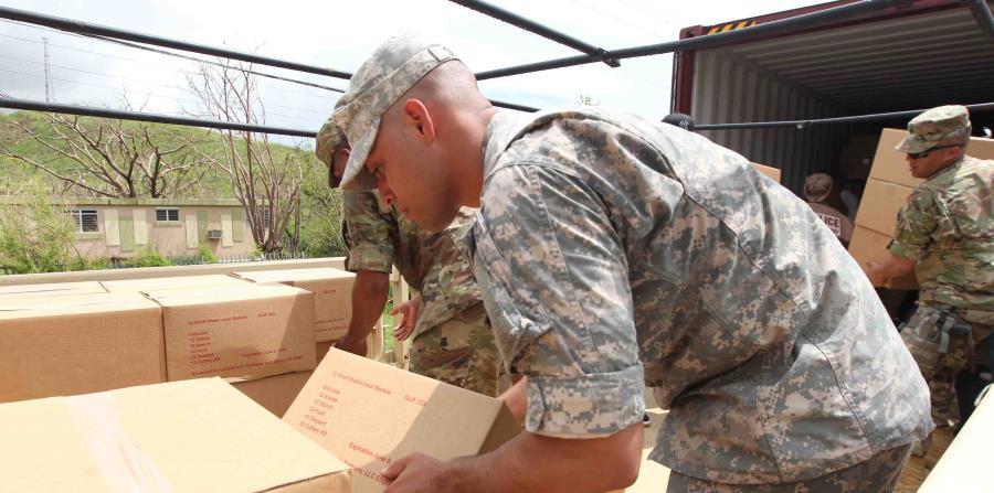 Militares reparten las cajas de alimentos que otorgó FEMA días después del paso del huracán María. (GFR Media) (horizontal-x3)
