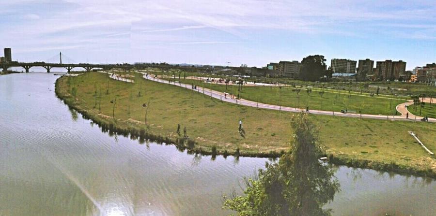 El Parque del Guadiana se extiende por la margen derecha del río que le da nombre entre los cuatro puentes que lo atraviesan. (Suministrada)