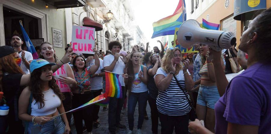 La manifestación, que alcanzó poco más de cien personas, mostró el arcoíris distintivo de la comunidad LGBTTIQ. Algunos manifestantes utilizaron pelucas, mientras que otros se dejaron sentir mediante el uso de panderos. (horizontal-x3)