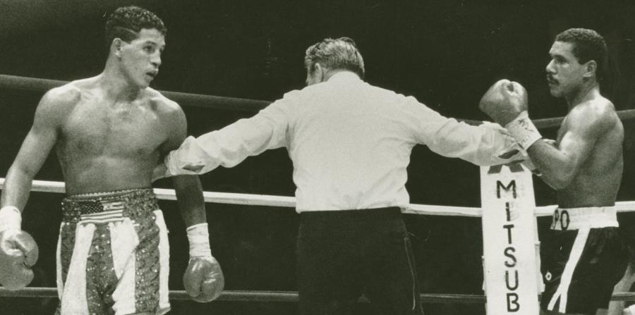 """Héctor """"Macho"""" Camacho y Edwin Rosario son separados por el árbitro Arthur Mercante en el histórico combate que se celebró el 13 de junio del 1986 en el Madison Square Garden. (GFR Media) (horizontal-x3)"""