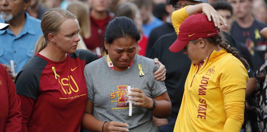 Integrantes del equipo de golf de la Universidad Estatal de Iowa lloran durante una vigilia en memoria de su compañera, la española Celia Barquín Arozamena. (AP) (horizontal-x3)