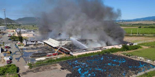 Así fue la misión para extinguir fuego en fábrica de neumáticos en Guánica
