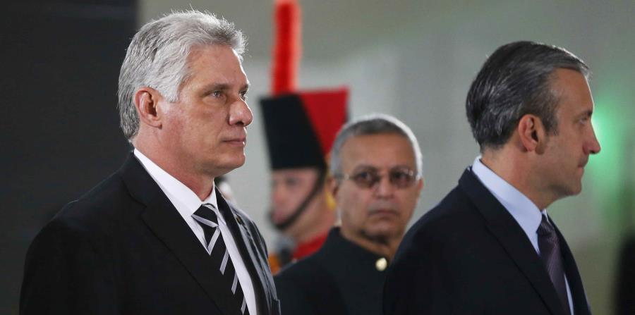 El presidente cubano Miguel Díaz-Canel (izq.) recibió a a su primera delegación política y empresarial estadounidense desde que asumió el cargo el 19 de abril. (AP / Ariana Cubillos) (horizontal-x3)