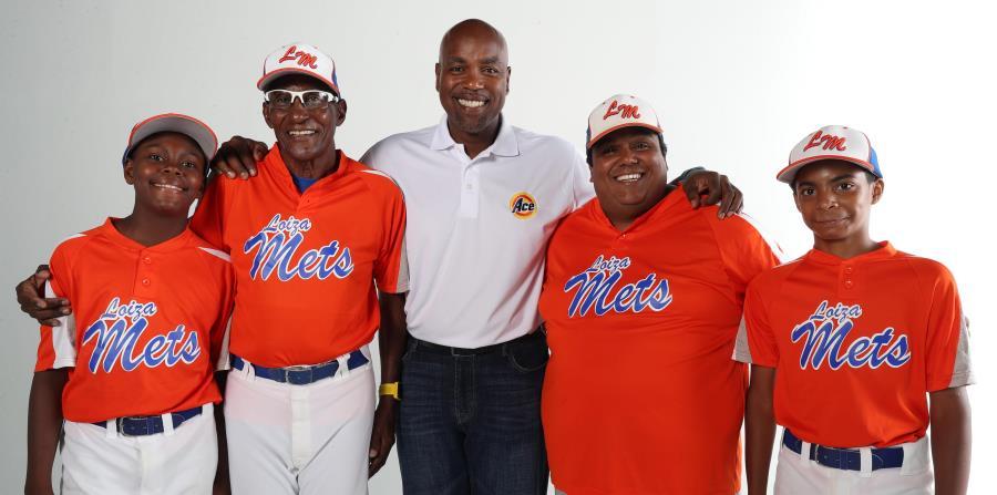 Carlos Delgado posa junto a dirigentes y jugadores de los Loíza Mets, equipo que ahora luce bonitos uniformes. (horizontal-x3)