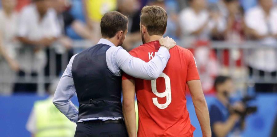 El entrenador de Inglaterra Gareth Southgate (izquierda) celebra la victoria de su equipo sobre Suecia con el inglés Harry Kane. (AP) (horizontal-x3)