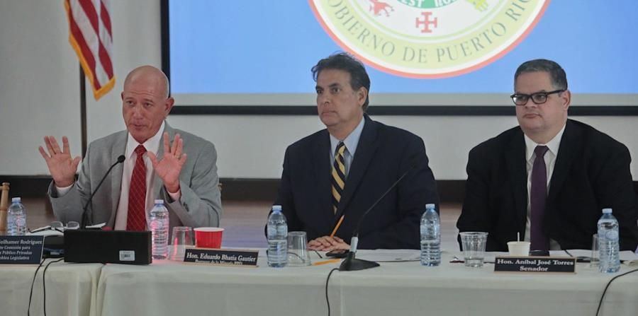 Larry Seilhamer, Eduardo Bhatia y Aníbal José Torres escuchan a los deponentes. (Suministrada) (horizontal-x3)
