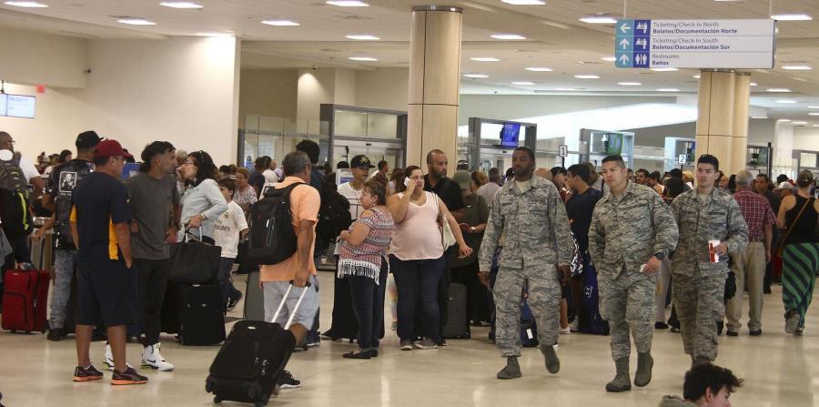 En el aeropuerto, los acondicionadores de aire estaban prendidos, pero todavía hacía calor dentro de la instalación. (horizontal-x3)