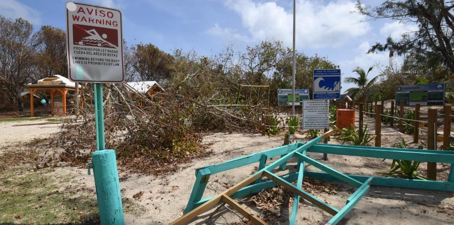 La entrada a la playa Flamenco sufrió daños significativos como consecuencia de los vientos y la lluvia que dejó en la isla municipio el huracán Irma. (horizontal-x3)