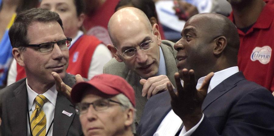 El comisionado de la NBA, Adam Silver, conversa con Magic Johnson. (AP) (horizontal-x3)