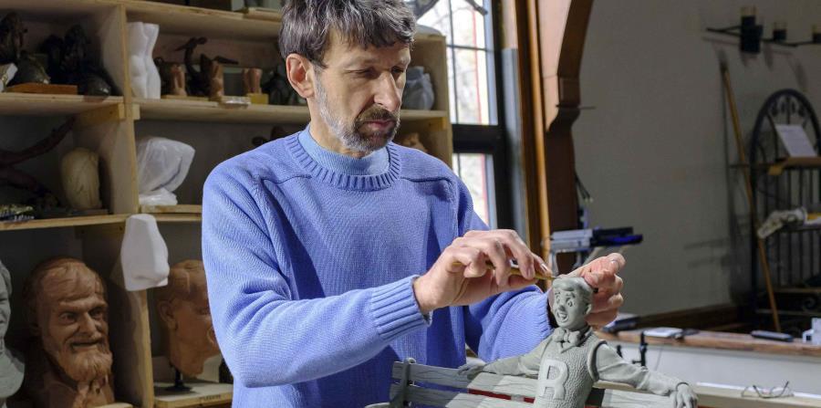 El escultor Valery Mahuchy trabaja en una versión de arcilla de la estatua. (horizontal-x3)