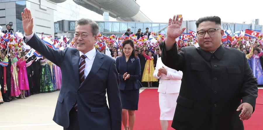 El presidente de Corea del Sur, Moon Jae-in, y el líder norcoreano, Kim Jong Un, saludan durante la ceremonia de bienvenida en el aeropuerto internacional de Sunan en Pyongyang, Corea del Norte. (AP) (horizontal-x3)