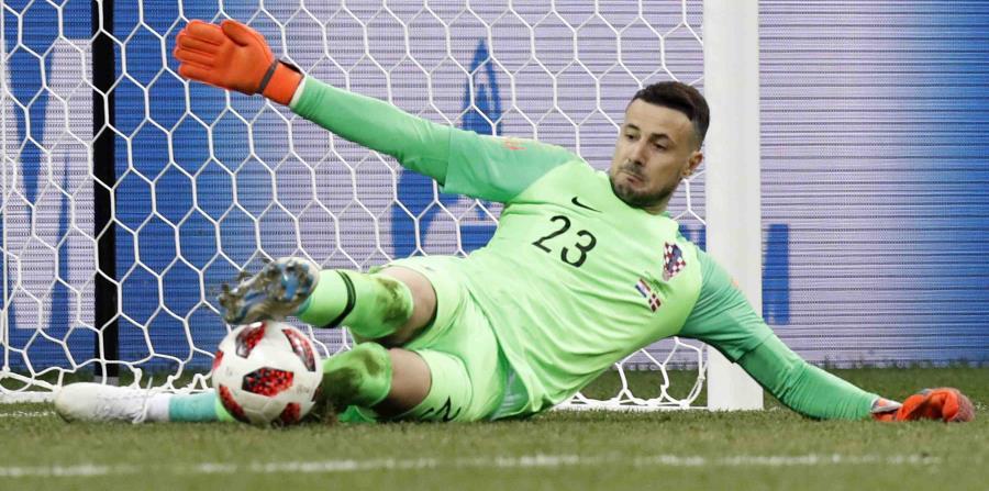 Danijel Subasic, arquero de la selección de Croacia, ataja el penal decisivo durante una tanda ante Dinamarca. (AP / Efrem Lukatsky) (horizontal-x3)