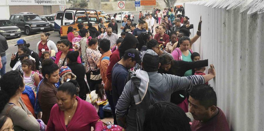 Decenas de personas que piden asilo político en EEUU hacen cola a la espera de ser entrevistados por las autoridades estadounidenses en Tijuana, México (horizontal-x3)