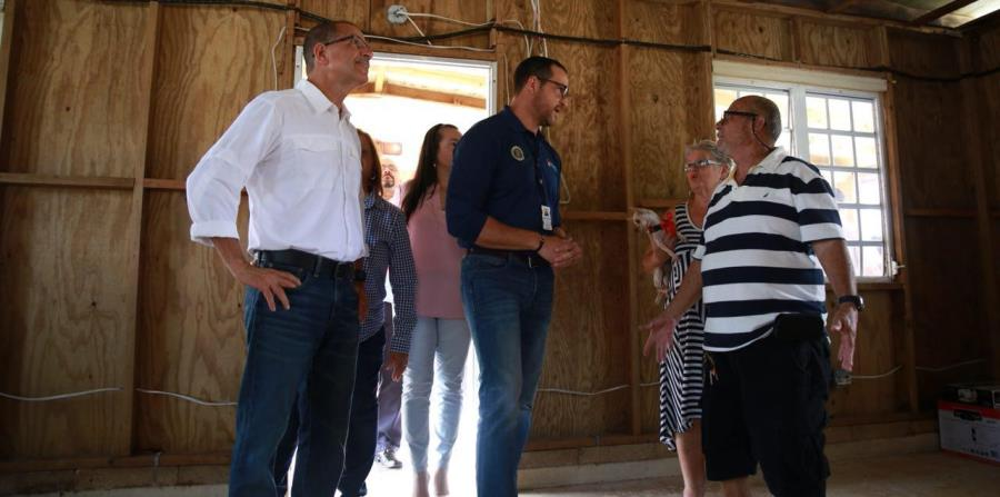 El secretario de la vivienda, Fernando Gil Enseñat, junto al alcalde de Toa Baja Bernardo