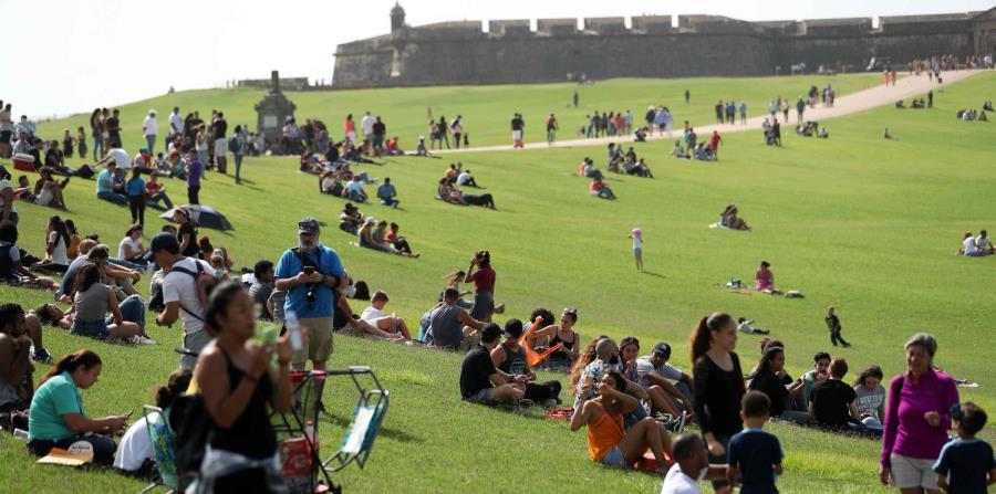 Cientos de personas hacen fila en El Morro, donde se congregaron cientos de personas que hicieron fila pacientemente para recibir gafas que les permitieran ver el eclipse de manera segura. (horizontal-x3)