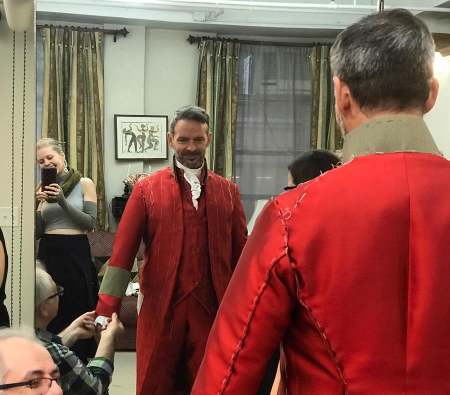 """Rick Negrón vestido como King George III previo a la puesta de """"Hamilton"""". (Suministrada) (semisquare-x3)"""