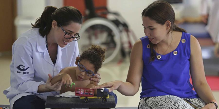 Maria de Fatima (derecha) acompaña a su hijo de 18 meses, Joaquim, que nació con microcefalia provocada por el zika, durante una sesión de destreza manual con la terapeuta Catarina Aquino, en el Instituto Altino Ventura, en Recife, Brasil. (horizontal-x3)