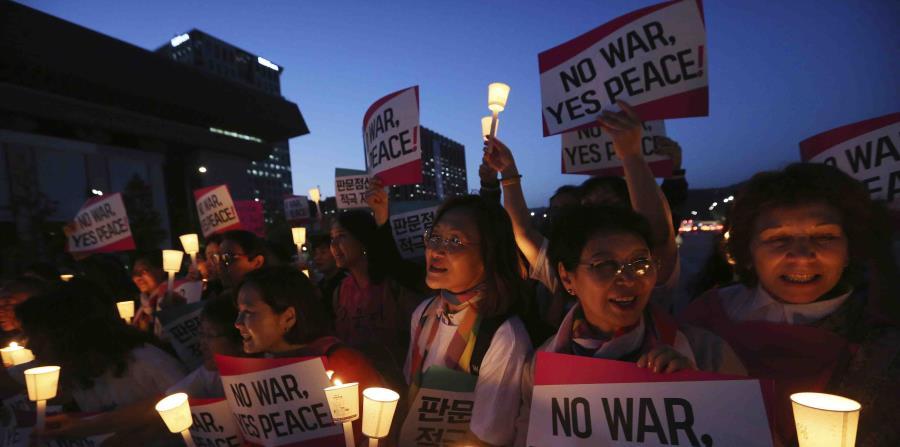 Un grupo de mujeres participa en una manifestación para la paz en la Península de Corea cerca de la embajada de Estados Unidos en Seúl (horizontal-x3)