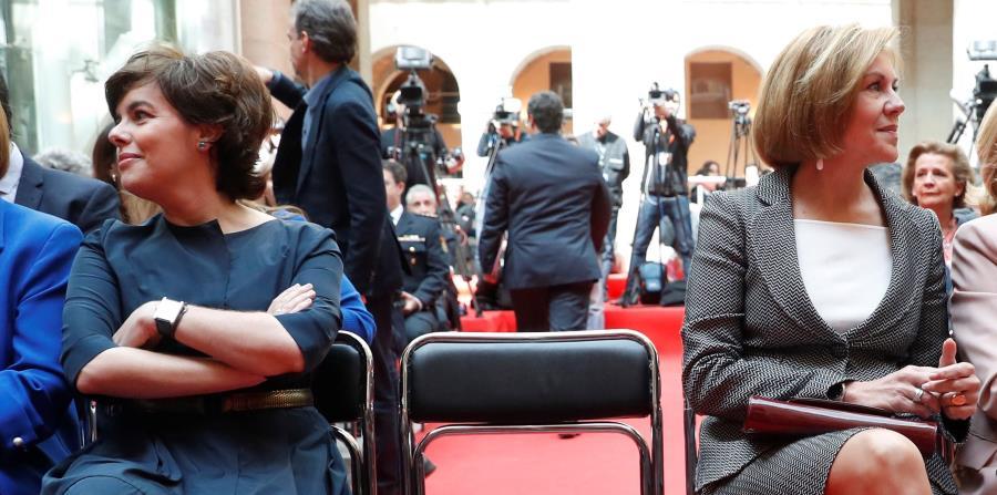 La vicepresidenta del Gobierno, Soraya Sáenz de Santamaría (i), y la secretaria general del PP y ministra de Defensa, María Dolores de Cospedal (d), durante el acto conmemorativo de la Fiesta del 2 de Mayo, celebrado hoy en la Real Casa de Correos de Madr (horizontal-x3)