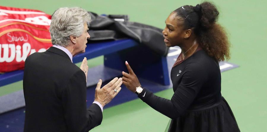 Serena Williams discute con el árbitro Brian Earley. (EFE) (horizontal-x3)