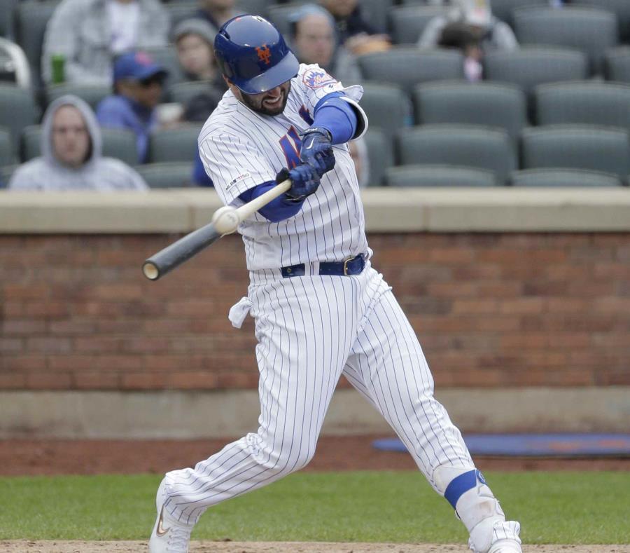 Tomás Nido dispara un doble que impulsó dos de las carreras de los Mets de Nueva York. (AP / Seth Wenig) (semisquare-x3)