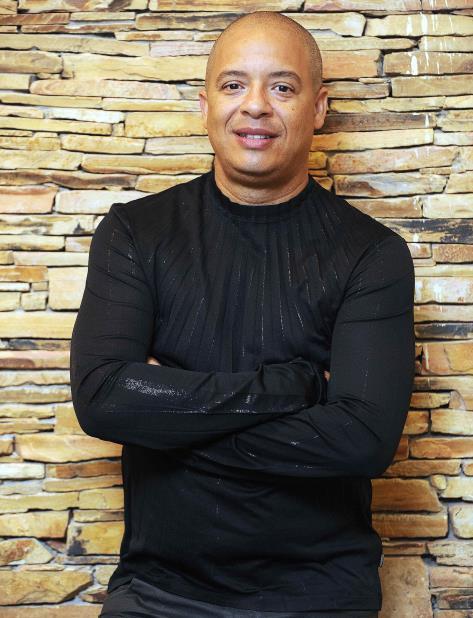 """Conocido como """"El Chévere de la Salsa"""", Delgado es también un promotor cultural que ha tendido puentes entre ambas islas, actuando con Gilberto Santa Rosa, Tony Vega, La India, y la Sonora Ponceña, entre otros músicos boricuas. (GFR Media) (vertical-x1)"""