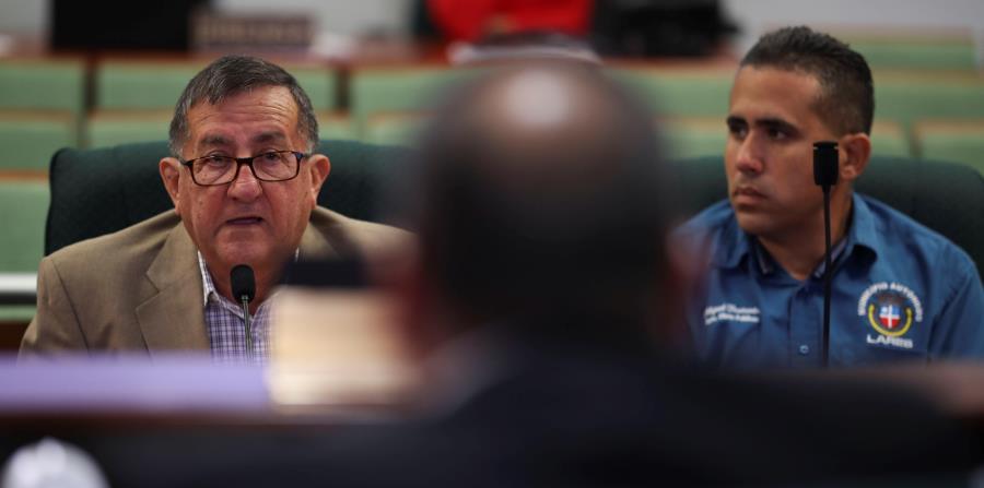 A la izquierda, el alcalde de Lares, Roberto Pagán, explica ante la comisión cameral el estatus del cementerio municipal. (horizontal-x3)