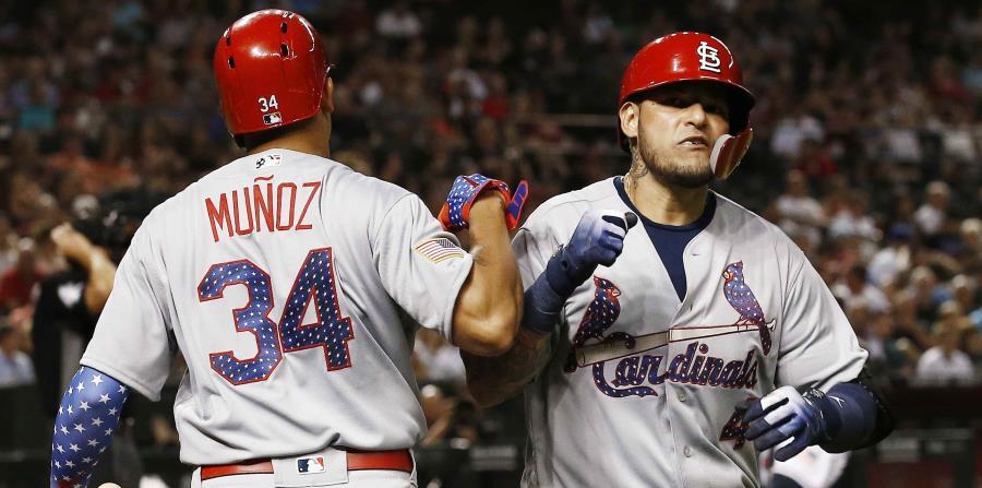 Yadier Molina celebra tras conectar un sencillo de dos carreras en el primer inning. (horizontal-x3)