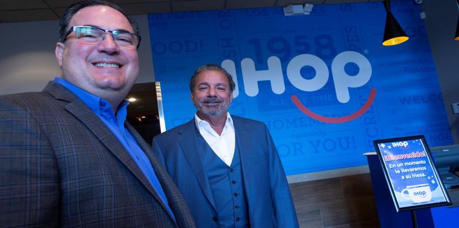 Humberto Rovira, presidente de Encanto Restaurants, junto a Steve Joyce, CEO de Dine Brands Global, matriz de IHOP. (horizontal-x3)