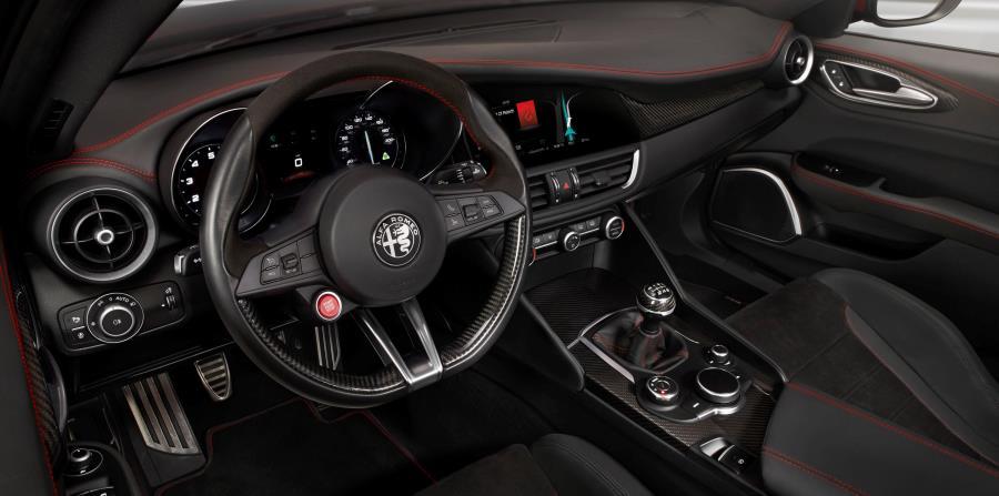 Vistazo del interior del nuevo modelo de Alfa Romeo, considerado el sedán más rápido. Abajo, el modelo Giulia. (horizontal-x3)