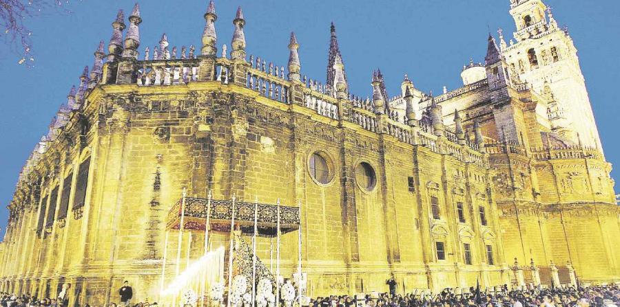 """La imagen de la Virgen del Calvario, tras salir de la catedral de Sevilla en la """"Madrugá"""" de la Semana Santa de la capital andaluza. (EFE)"""