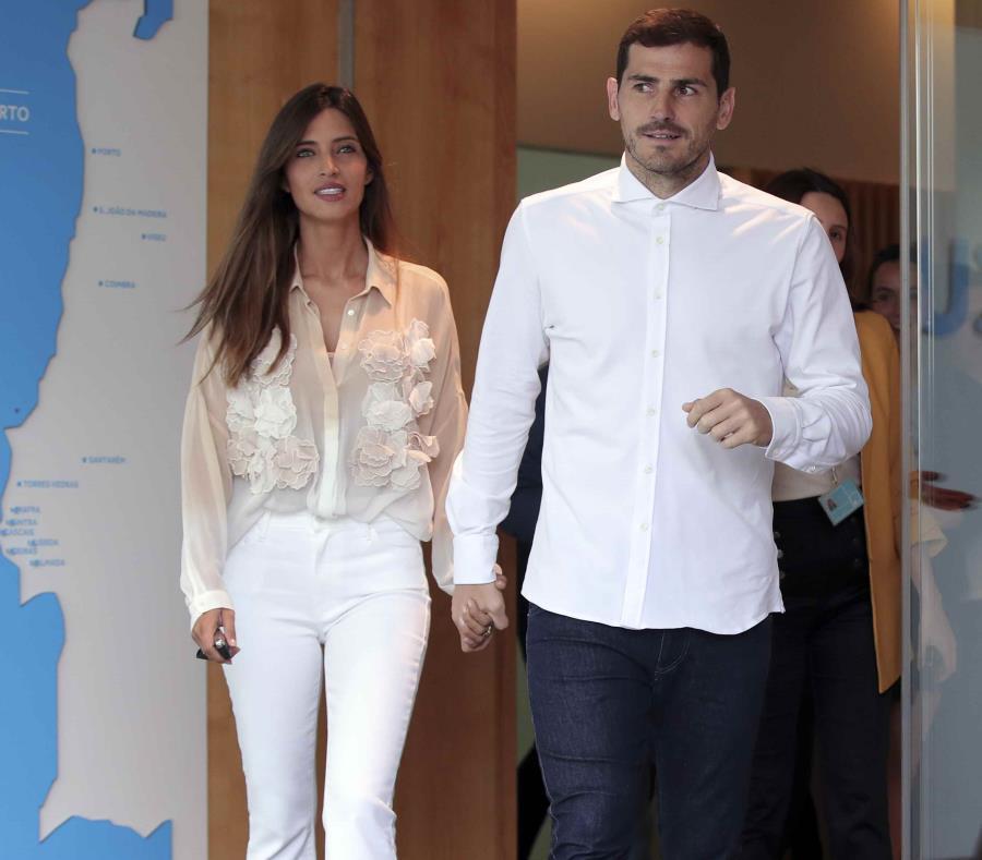 Iker Casillas y a su compañera Sara Carbonero salen del hospital en Portugal. (AP) (semisquare-x3)