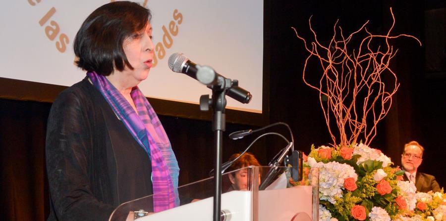 La Dra. Luce López-Baralt, aquí durante el reconocimiento a la Dra. Carmen Dolores Hernández como Humanista del Año 2008, participará en el primer foro. (Especial / Enid M. Salgado) (horizontal-x3)