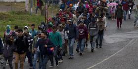 Más de mil migrantes hondureños cruzan Guatemala para llegar a México
