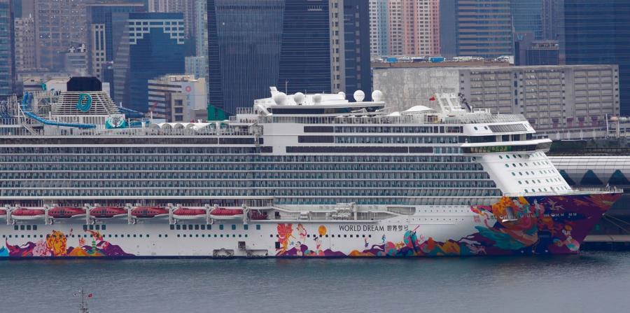 Crucero World Dream atracado en la terminal de cruceros Kai Tak en Hong Kong. (AP Photo)