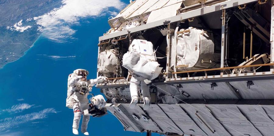 Se han registrado 3,400 problemas, en su mayoría menores, con los trajes para caminata espacial, en pruebas en tierra y en órbita. (horizontal-x3)