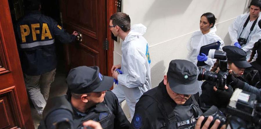 La Policía y los peritos ingresan al domicilio de Cristina Kirchner para comenzar con el allanamiento. (horizontal-x3)