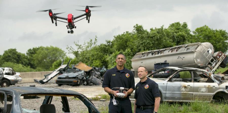 El capitán del Departamento de Bomberos de Austin, Greg Pope (izquierda), y el bombero Coitt Kessler vuelan un dron en la Academia de Entrenamiento del Departamento de Bomberos de Austin, Texas. (horizontal-x3)