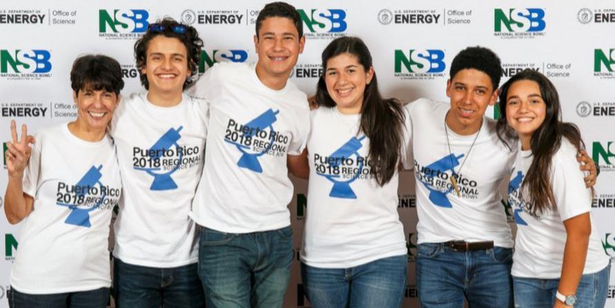 El equipo de nivel superior del Colegio Notre Dame de Caguas resultó ser uno de los mejores grupos en la competencia final del National Science Bowl 2018. En la foto, los estudiantes  junto a su entrenadora, Judith Martínez. (horizontal-x3)