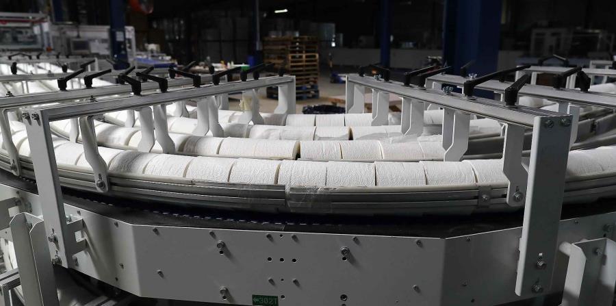 En la foto una máquina que confecciona rollos de papel higiénico (horizontal-x3)