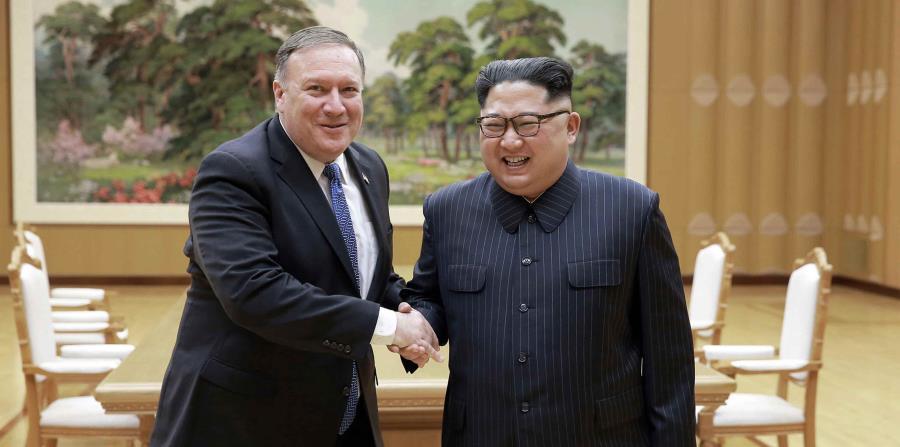El presidente de Corea del Norte, Kim Jong-un,  durante la reunión con el secretario de Estado de Estados Unidos, Mike Pompeo.  (AP) (horizontal-x3)
