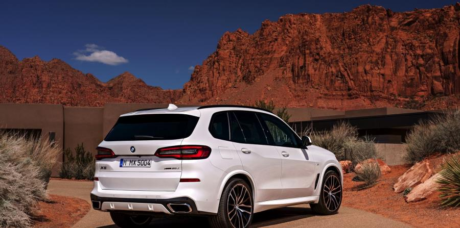 Los nuevos modelos también presentan la estilizada parilla BMW de una sola pieza y faros LED adaptativos combinados con el sistema de BMW Laserlight para iluminar hasta unos 500 metros de distancia.